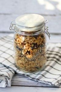 Chrupiąca domowa granola z płatkami, orzechami i owocami