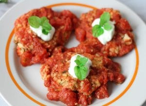 Fit zucchini fritters with tomato sauce