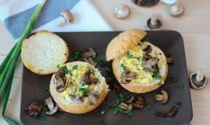 Jajecznica w bułce z pieczarkami i szczypiorkiem