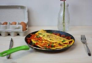 Omlet jajeczny z papryką i pietruszką
