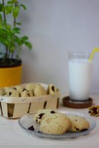 Ciastka do herbaty z żurawiną, białą czekoladą i orzechami makadamia