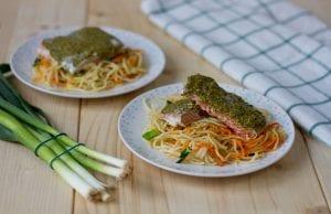 łosoś z makaronem noodle i warzywami