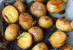pieczone ziemniaki z czosnkiem i rozmarynem