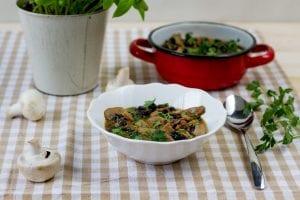 wegański gulasz z czarnej fasoli i pieczarek