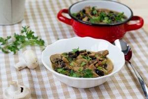 wegański gulasz z fasolą, papryką, pieczarkami i pomidorem