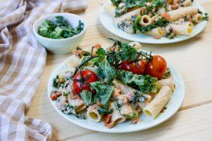 makaron z sosem z tuńczyka i jarmużem