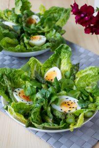 zielone szparagi i jajko sałatka