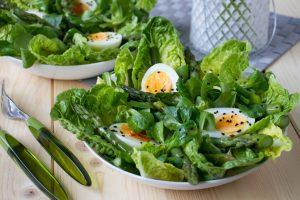 sałatka z jajkiem i szparagami