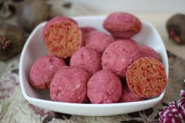 Beetroot and flax seeds buns