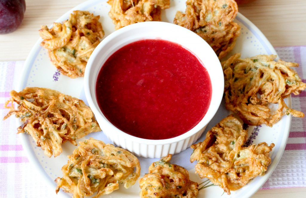 Onion bhaji with sauce