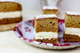 Gingerbread and cheesecake cake with cream