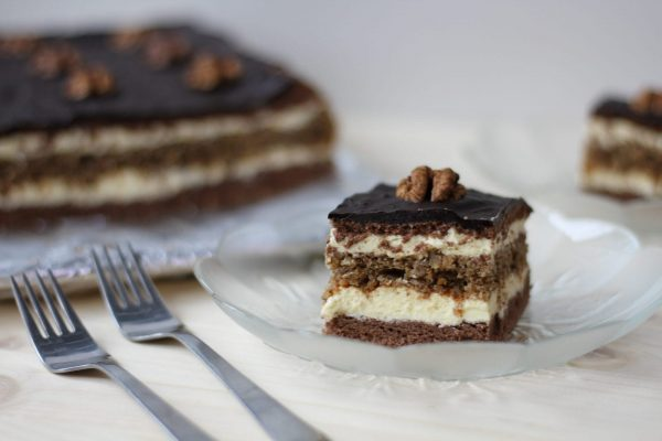 Snickers cake with cream