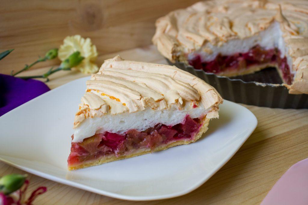 Rhubarb tart with light meringue