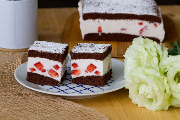 Cocoa cake with yoghurt cream and strawberries