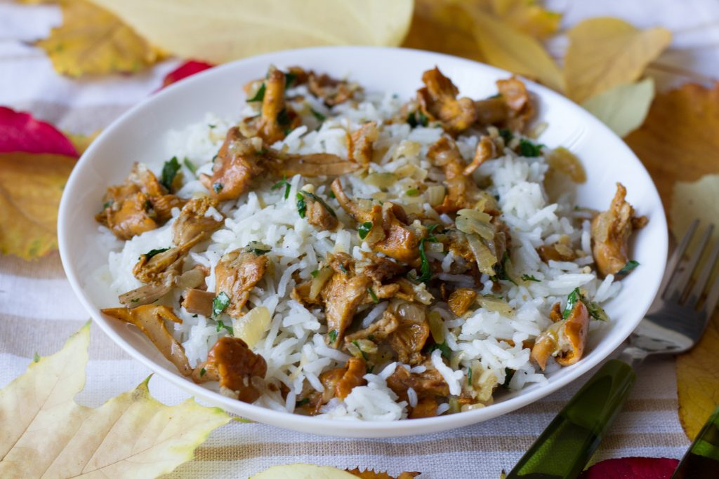Boiled rice with chanterelles