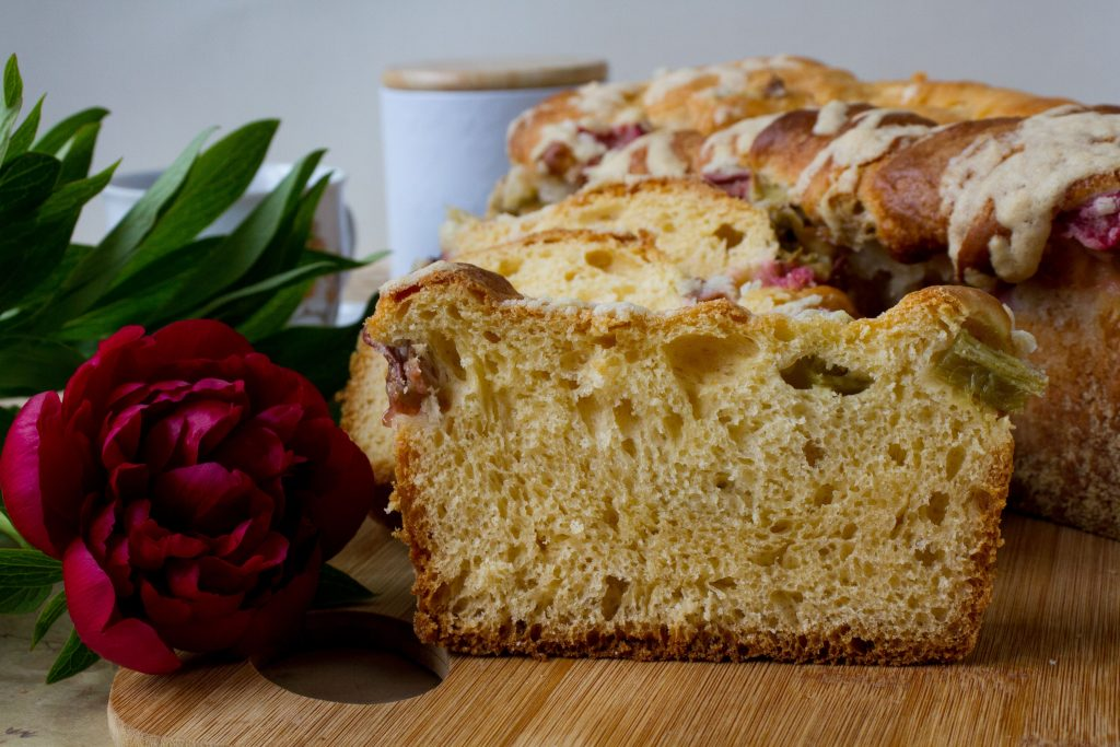Rhubarb yeast bun