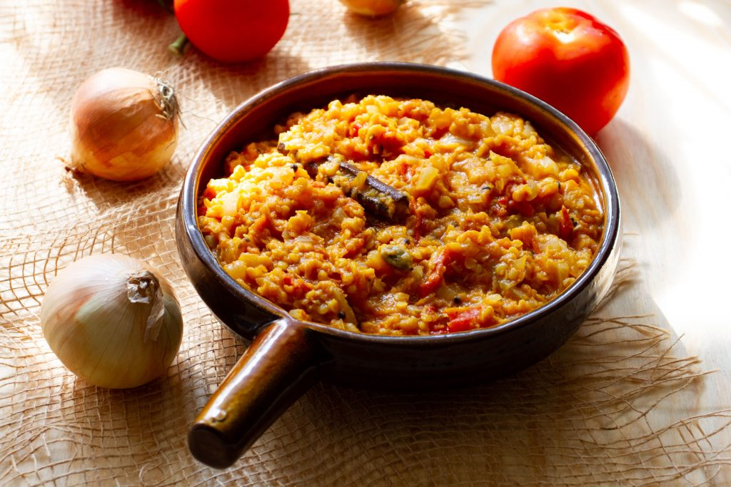 Dahl with onion and tomatoes